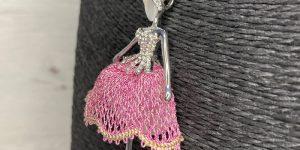 Colgante Bailarina Rosa - Encajes Artesanos - El Arte al alcance de tus manos